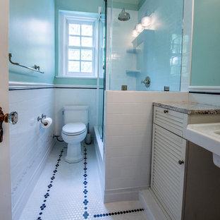 Foto de cuarto de baño infantil, moderno, pequeño, con puertas de armario blancas, sanitario de una pieza, baldosas y/o azulejos blancos, armarios tipo mueble, ducha empotrada, baldosas y/o azulejos de cemento, paredes verdes, suelo con mosaicos de baldosas, lavabo con pedestal, encimera de mármol, suelo blanco y ducha con puerta corredera