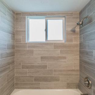 タンパの小さいビーチスタイルのおしゃれな子供用バスルーム (シェーカースタイル扉のキャビネット、茶色いキャビネット、木目調タイルの床、クオーツストーンの洗面台、白い洗面カウンター、洗面台1つ、独立型洗面台) の写真