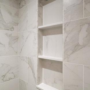 Kleines Klassisches Badezimmer En Suite mit Duschnische, Toilette mit Aufsatzspülkasten, weißen Fliesen, Porzellanfliesen, weißer Wandfarbe, Porzellan-Bodenfliesen und Sockelwaschbecken in New York