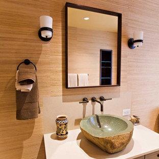 Mittelgroßes Eklektisches Duschbad mit Aufsatzwaschbecken, flächenbündigen Schrankfronten, dunklen Holzschränken, Kalkstein-Waschbecken/Waschtisch, Eckdusche, Toilette mit Aufsatzspülkasten, beigefarbenen Fliesen und brauner Wandfarbe in San Francisco