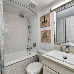 Ejemplo de cuarto de baño con ducha, moderno, pequeño, con armarios con paneles con relieve, puertas de armario blancas, bañera encastrada, combinación de ducha y bañera, sanitario de dos piezas, baldosas y/o azulejos blancos, baldosas y/o azulejos de cerámica, paredes blancas, suelo de linóleo, lavabo encastrado, encimera de cuarzo compacto y ducha con cortina