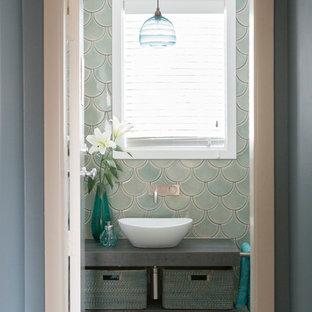 Esempio di una piccola stanza da bagno con doccia boho chic con nessun'anta, ante grigie, piastrelle verdi, piastrelle in ceramica, pavimento con piastrelle in ceramica, lavabo a bacinella, top piastrellato, pavimento grigio e pareti blu