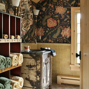 Inredning av ett rustikt badrum, med ett nedsänkt handfat, möbel-liknande, skåp i slitet trä, beige kakel, tunnelbanekakel, flerfärgade väggar och tegelgolv