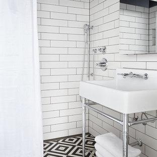 Ejemplo de cuarto de baño con ducha, marinero, pequeño, sin sin inodoro, con baldosas y/o azulejos blancos, suelo de baldosas de cerámica, baldosas y/o azulejos de cemento, lavabo tipo consola, suelo multicolor y ducha con cortina