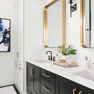 Aménagement d'une salle de bain principale campagne en bois de taille moyenne avec un placard à porte shaker, des portes de placard noires, un mur blanc, un sol en carrelage de céramique, un lavabo encastré, un sol blanc, un plan de toilette blanc, meuble double vasque et meuble-lavabo encastré.