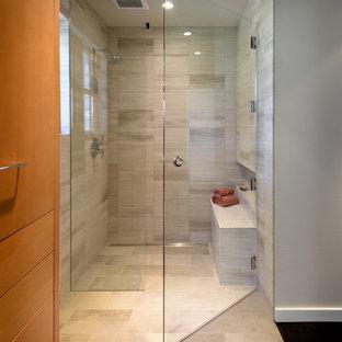 Стильный дизайн: главная ванная комната среднего размера в стиле модернизм с фасадами островного типа, фасадами цвета дерева среднего тона, душем без бортиков, серой плиткой, плиткой из известняка, белыми стенами, полом из известняка, столешницей из нержавеющей стали, серым полом и душем с распашными дверями - последний тренд