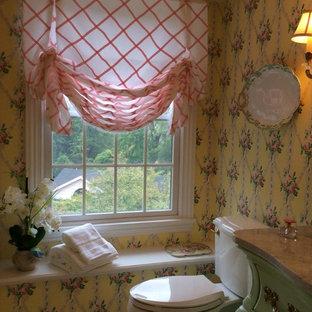 Diseño de cuarto de baño con ducha, tradicional, pequeño, con lavabo sobreencimera, puertas de armario verdes, encimera de mármol, ducha empotrada, sanitario de una pieza, baldosas y/o azulejos blancos, paredes amarillas y suelo de mármol
