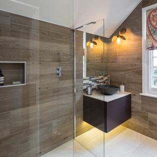 Ispirazione per una piccola stanza da bagno con doccia moderna con lavabo sospeso, top in superficie solida, top beige, ante lisce, ante viola, zona vasca/doccia separata, piastrelle marroni, piastrelle in ceramica, pavimento con piastrelle in ceramica, pavimento bianco e doccia aperta