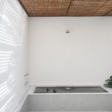 Modern Bathroom by Denilson Machado - MCA Estudio