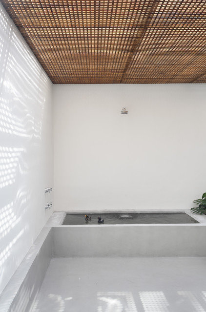 contemporary bathroom by Denilson Machado - MCA Estudio