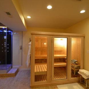 Esempio di una grande sauna minimalista con ante di vetro, doccia ad angolo, piastrelle nere, pareti gialle e parquet chiaro