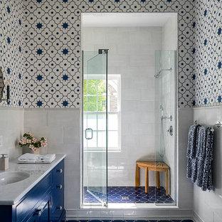 Idéer för ett klassiskt vit badrum med dusch, med luckor med upphöjd panel, blå skåp, en dusch i en alkov, vit kakel, vita väggar, ett undermonterad handfat, blått golv och dusch med gångjärnsdörr