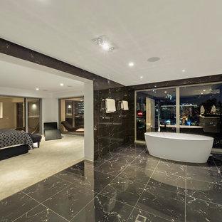 Immagine di un'ampia sauna minimalista con vasca freestanding, zona vasca/doccia separata, piastrelle nere, piastrelle di marmo e top in quarzo composito