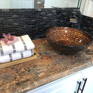 Удачное сочетание для дизайна помещения: большая главная ванная комната в стиле модернизм с отдельно стоящей ванной, двойным душем, раздельным унитазом, черной плиткой, стеклянной плиткой, белыми стенами, полом из керамогранита, настольной раковиной, столешницей из гранита, зеленым полом и душем с распашными дверями - самое интересное для вас