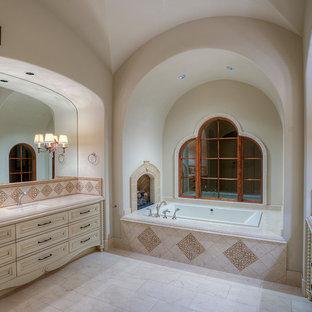 Diseño de cuarto de baño principal, mediterráneo, extra grande, con armarios tipo mueble, puertas de armario beige, bañera empotrada, ducha esquinera, sanitario de una pieza, baldosas y/o azulejos blancos, baldosas y/o azulejos en mosaico, paredes blancas, suelo de travertino, lavabo integrado y encimera de granito