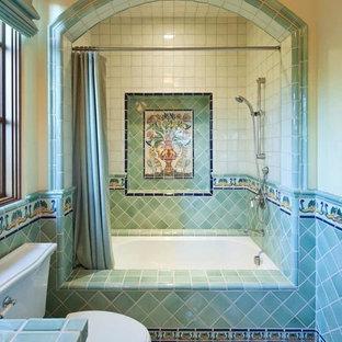 Неиссякаемый источник вдохновения для домашнего уюта: главная ванная комната в средиземноморском стиле с ванной в нише, душем над ванной, синей плиткой, зеленой плиткой, бежевым полом, шторкой для душа и бирюзовой столешницей