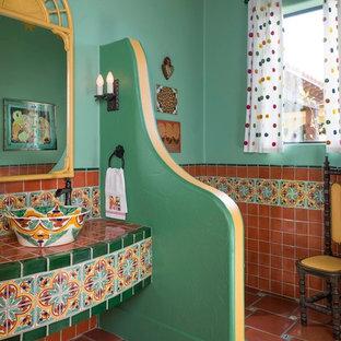 Foto di una grande stanza da bagno con doccia american style con piastrelle verdi, piastrelle in ceramica, pareti verdi, pavimento in terracotta, lavabo a bacinella e top piastrellato