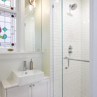 Immagine di una piccola stanza da bagno padronale vittoriana con ante con riquadro incassato, ante bianche, top in quarzo composito, doccia alcova, piastrelle bianche, piastrelle diamantate, pareti verdi, pavimento in marmo e lavabo a bacinella