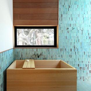 Esempio di una grande stanza da bagno padronale minimal con vasca giapponese, doccia doppia, piastrelle verdi, piastrelle di vetro, pareti verdi, pavimento in gres porcellanato, pavimento grigio e porta doccia scorrevole