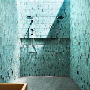 Idee per una grande stanza da bagno padronale minimal con vasca giapponese, doccia doppia, piastrelle verdi, piastrelle di vetro, pareti verdi, pavimento in gres porcellanato, pavimento grigio e porta doccia scorrevole
