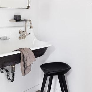 Ejemplo de cuarto de baño infantil, de estilo de casa de campo, pequeño, con paredes blancas, suelo de cemento, lavabo suspendido y suelo negro