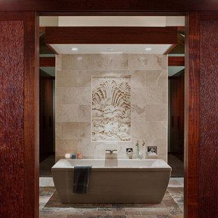 Immagine di una stanza da bagno padronale etnica di medie dimensioni con lavabo a consolle, ante lisce, ante bianche, top in quarzo composito, vasca idromassaggio, doccia aperta, WC monopezzo, piastrelle gialle, piastrelle in pietra, pareti bianche e pavimento con piastrelle a mosaico