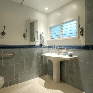 Modelo de cuarto de baño tropical con lavabo con pedestal