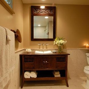 Foto di una stanza da bagno tropicale con lavabo a bacinella, consolle stile comò, pareti beige e pavimento in gres porcellanato