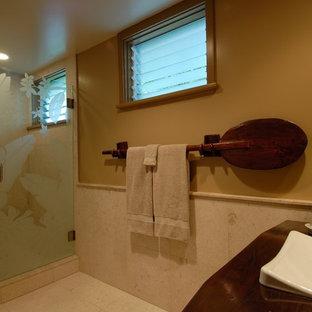 Idee per una stanza da bagno tropicale con lavabo a bacinella e top in legno