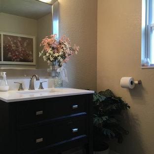 Diseño de cuarto de baño con ducha, clásico renovado, pequeño, con puertas de armario negras, sanitario de una pieza, paredes beige, lavabo bajoencimera, encimera de mármol, suelo beige y encimeras amarillas