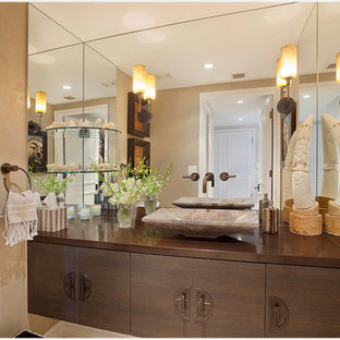 Ejemplo de cuarto de baño actual, de tamaño medio, con armarios con paneles lisos, puertas de armario de madera en tonos medios, paredes beige, lavabo sobreencimera, encimera de cobre y encimeras marrones