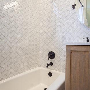 Diseño de cuarto de baño infantil, bohemio, pequeño, con armarios estilo shaker, puertas de armario con efecto envejecido, bañera empotrada, ducha esquinera, paredes blancas, suelo de mármol, lavabo bajoencimera, encimera de acrílico, suelo verde, encimeras blancas y ducha con cortina