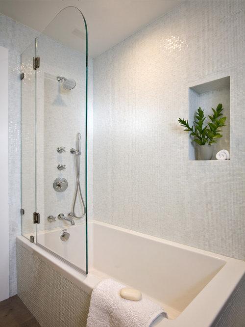 Salle de bain avec une baignoire d 39 angle et un mur blanc photos et id e - Taille moyenne salle de bain ...