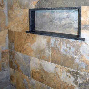 Esempio di una stanza da bagno padronale chic di medie dimensioni con ante con bugna sagomata, ante in legno bruno, doccia alcova, WC monopezzo, piastrelle marroni, piastrelle in ardesia, pareti beige, pavimento in ardesia, lavabo sottopiano, pavimento grigio e porta doccia scorrevole