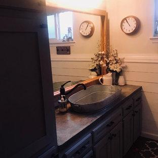 Esempio di una stanza da bagno per bambini country di medie dimensioni con ante in stile shaker, ante grigie, vasca da incasso, vasca/doccia, pareti bianche, top in cemento, pavimento marrone, doccia con tenda e top grigio