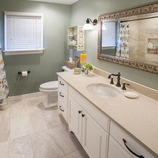 Foto di una stanza da bagno per bambini classica di medie dimensioni con ante bianche, vasca ad alcova, vasca/doccia, WC monopezzo, piastrelle beige, piastrelle in ceramica, pareti verdi, pavimento con piastrelle in ceramica, lavabo sottopiano e top in onice