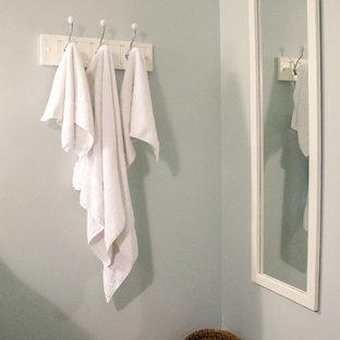 Idee per una stanza da bagno per bambini country con top in marmo, vasca ad angolo, doccia ad angolo, WC monopezzo, piastrelle bianche, piastrelle diamantate, pareti grigie e pavimento in gres porcellanato