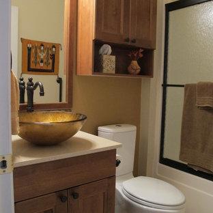 Foto de cuarto de baño bohemio, pequeño, con armarios con paneles empotrados, puertas de armario de madera oscura, bañera empotrada, sanitario de dos piezas, paredes beige, suelo de linóleo, lavabo sobreencimera y encimera de cuarzo compacto