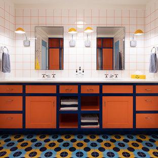Свежая идея для дизайна: ванная комната в стиле фьюжн с фасадами в стиле шейкер, оранжевыми фасадами, душем в нише, белой плиткой, белыми стенами, врезной раковиной, разноцветным полом, душем с распашными дверями и белой столешницей - отличное фото интерьера