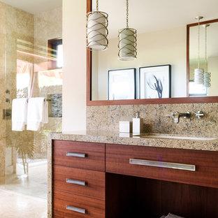 Großes Tropenstil Badezimmer En Suite mit flächenbündigen Schrankfronten, Quarzwerkstein-Waschtisch, dunklen Holzschränken, bodengleicher Dusche, beigefarbenen Fliesen, beiger Wandfarbe, Unterbauwaschbecken und offener Dusche in Hawaii