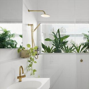 Foto di una grande stanza da bagno padronale design con ante di vetro, piastrelle a mosaico, piastrelle grigie, piastrelle bianche, pareti bianche, lavabo integrato e pavimento grigio