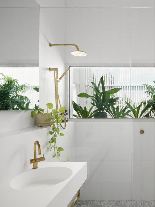 Salle de bain avec un placard porte vitr e et un carrelage gris photos et - Baignoire avec porte vitree ...