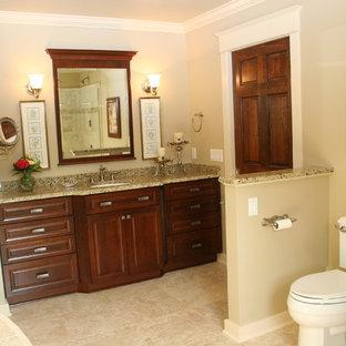 Inspiration för ett mellanstort vintage en-suite badrum, med skåp i mörkt trä, granitbänkskiva, en jacuzzi, en toalettstol med separat cisternkåpa, beige kakel, keramikplattor, beige väggar, klinkergolv i keramik, luckor med upphöjd panel, en hörndusch, ett undermonterad handfat, beiget golv och dusch med gångjärnsdörr