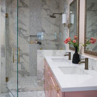 Imagen de cuarto de baño principal, ecléctico, de tamaño medio, con armarios estilo shaker, bañera exenta, ducha empotrada, sanitario de una pieza, baldosas y/o azulejos rosa, baldosas y/o azulejos de mármol, suelo de mármol, lavabo bajoencimera, suelo blanco, ducha con puerta con bisagras y encimeras blancas