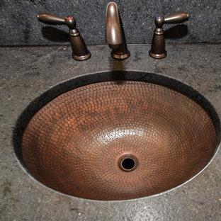 Ispirazione per una stanza da bagno american style con lavabo sottopiano, ante in stile shaker, ante in legno bruno, top in granito, piastrelle nere, piastrelle in gres porcellanato, pareti verdi e pavimento in gres porcellanato
