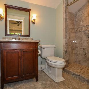 Ispirazione per una stanza da bagno con doccia stile americano con lavabo sottopiano, ante in stile shaker, ante in legno bruno, top in granito, piastrelle grigie, pareti verdi, pavimento in gres porcellanato, WC a due pezzi e doccia alcova