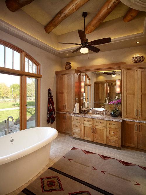 Salle de bain sud ouest am ricain avec un placard avec - Porte de placard salle de bain ...