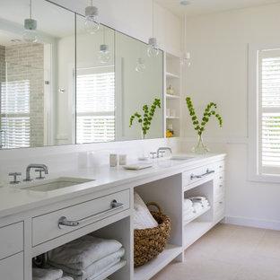 Foto de cuarto de baño marinero con armarios estilo shaker, puertas de armario amarillas, paredes beige, lavabo bajoencimera, suelo gris y encimeras blancas