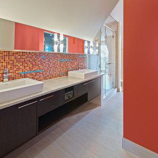 Diseño de cuarto de baño minimalista con lavabo sobreencimera, baldosas y/o azulejos rojos y baldosas y/o azulejos en mosaico