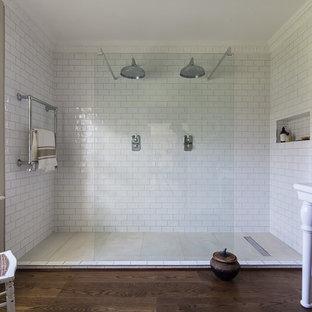 Esempio di una grande stanza da bagno tradizionale con piastrelle bianche, pareti beige, parquet scuro, pavimento marrone, doccia doppia, piastrelle diamantate e lavabo a consolle